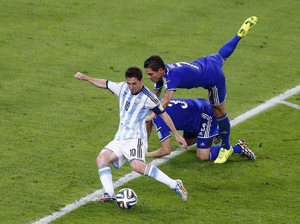 Un segundo antes del remate a gol de Messi.